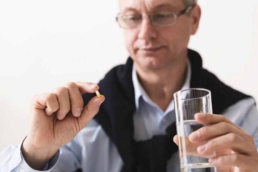 Mann nimmt Candesartan gegen Bluthochdruck