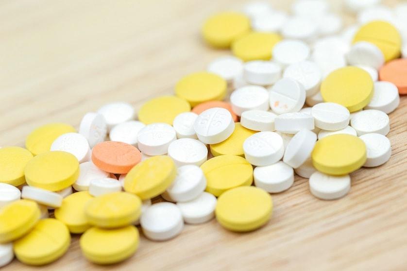 Bunte Tabletten auf einem Holztisch