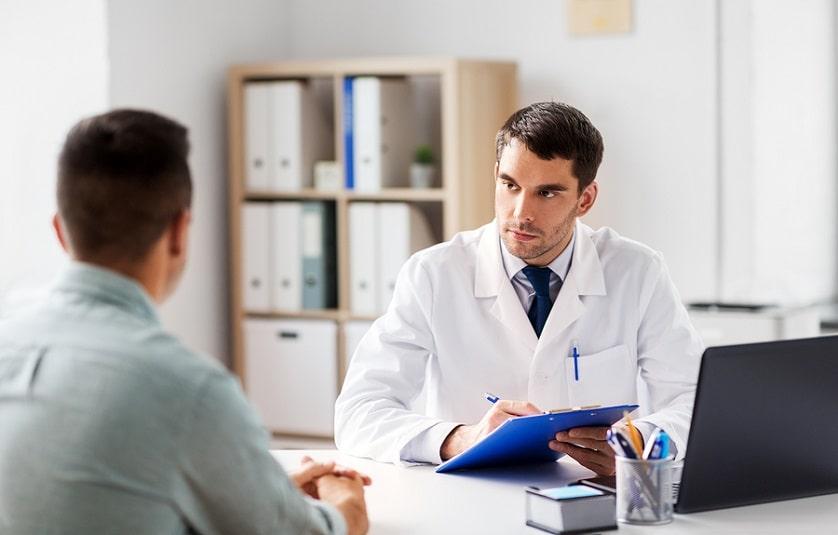 Arzt und Patient klären die Nebenwirkungen ab