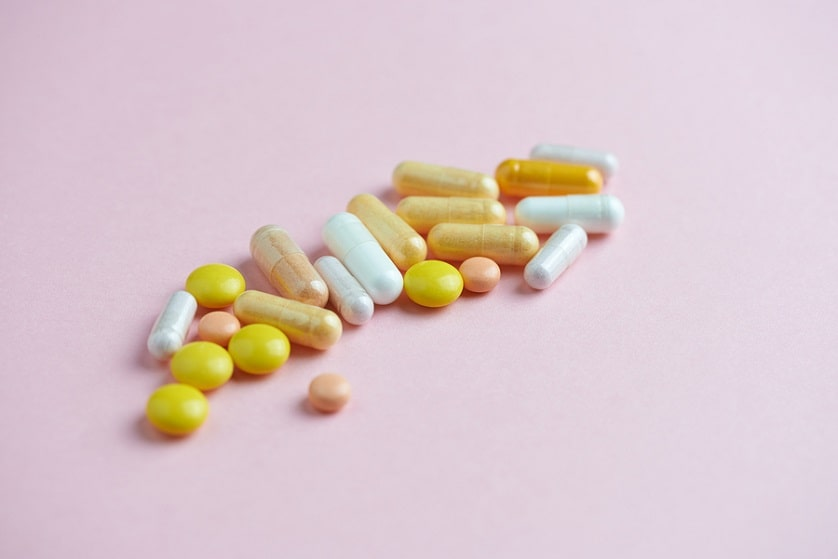 Vitaminpräparate auf rosanem Hintergrund