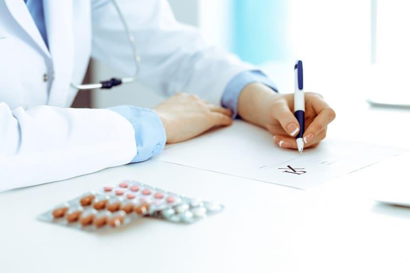 Arzt verschreibt Tabletten zur Behandlung