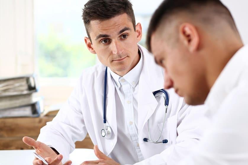 Ein Experte berät einen Patienten zur Haartransplantation