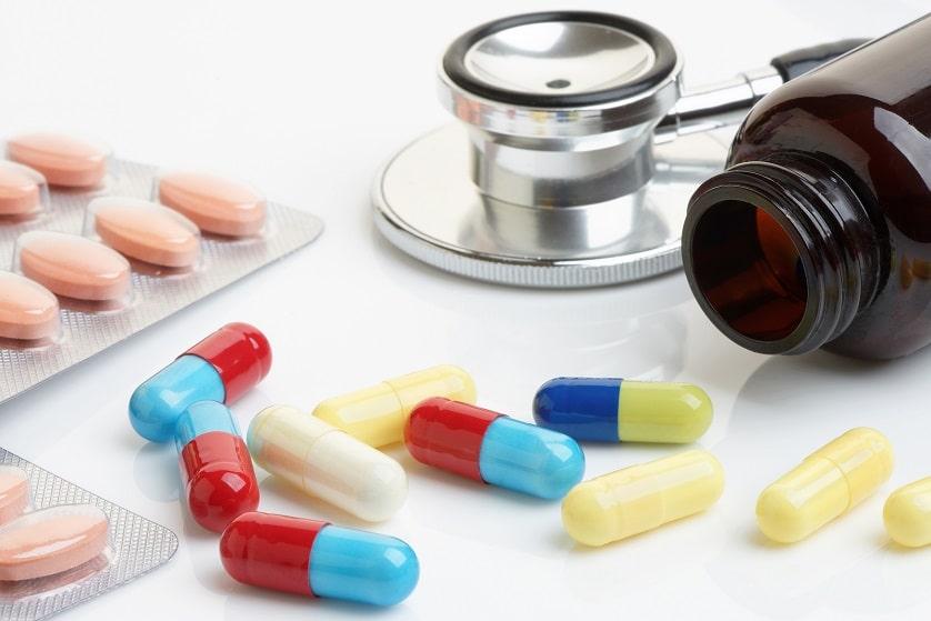 Beta-Blocker Tabletten neben einem Stethoskop auf einem weißen Untergrund
