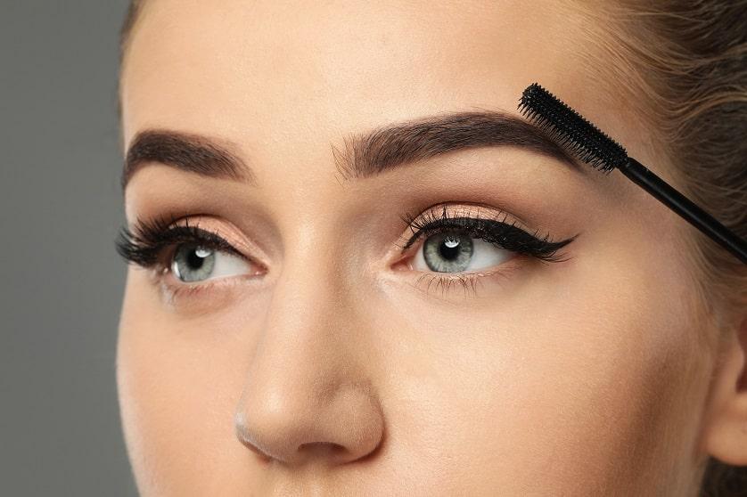 Frau mit gepflegten Augenbrauen