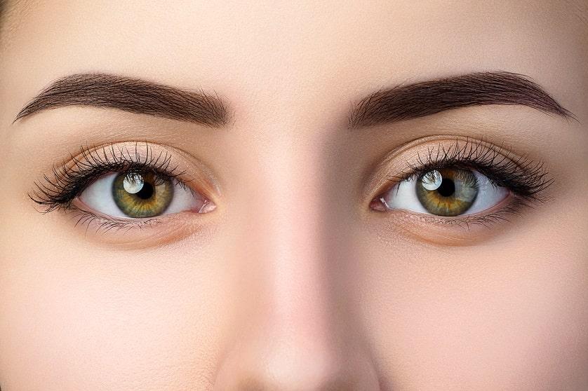 Nahaufnahme eines Frauengesichts mit gepflegten Augenbrauen