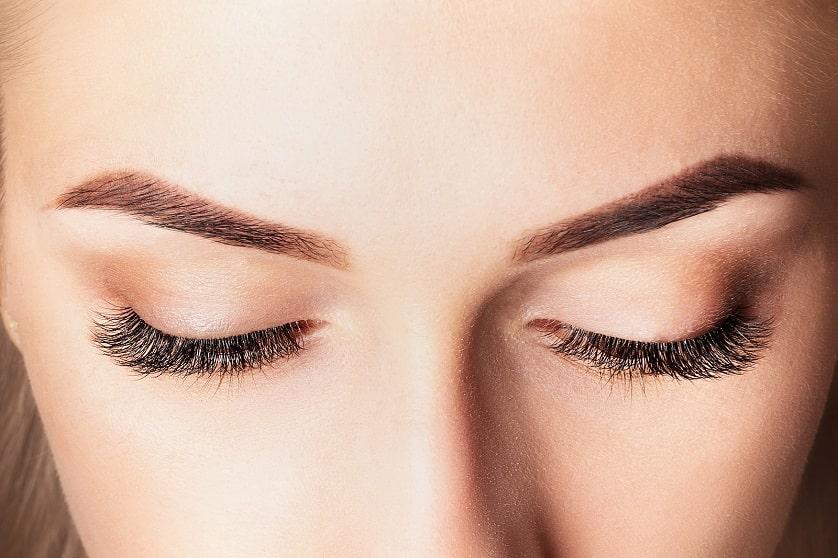 Nahaufnahme einer Frau mit schönen Wimpern und Augenbrauen