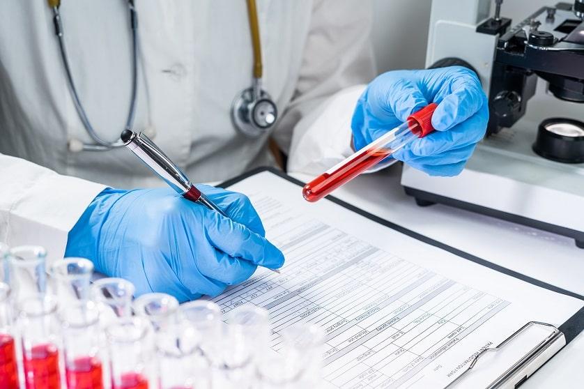 Ärztin untersucht Blut