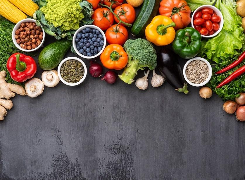 Eine Menge an Gemüse auf einem schwarzen Untergrund