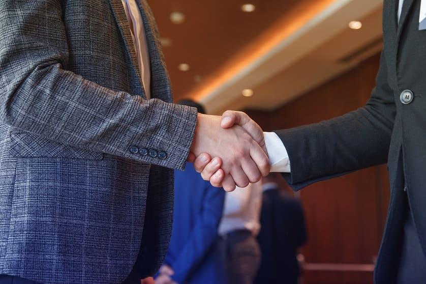 Zwei Geschäftsmänner schütteln Hände
