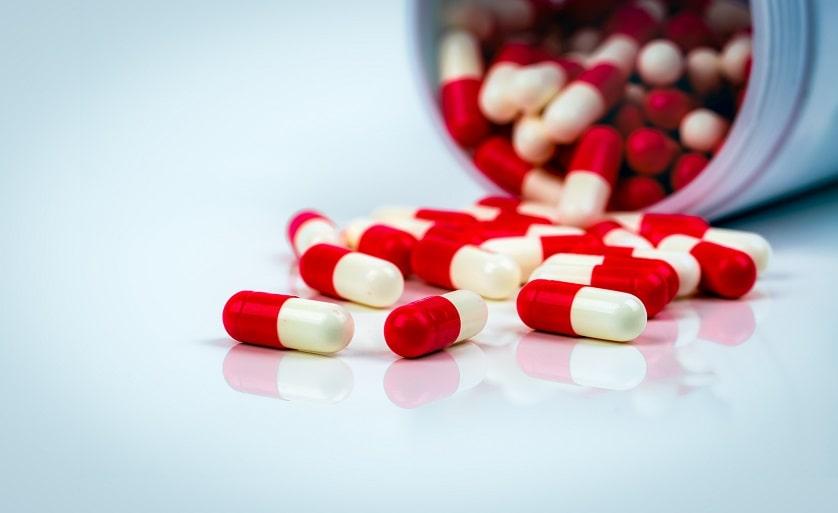 rot-weiße Antibiotika fallen aus einer Dose