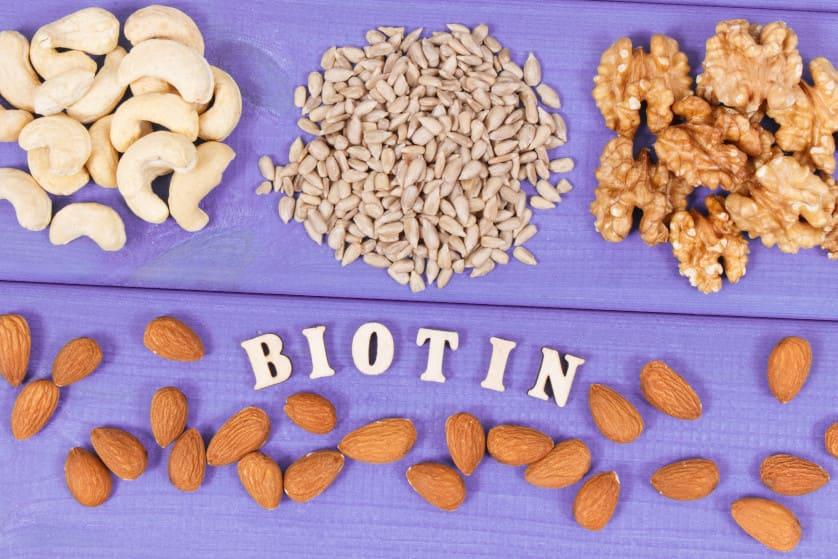 Das Wort Biotin umgeben von diversen Nussarten
