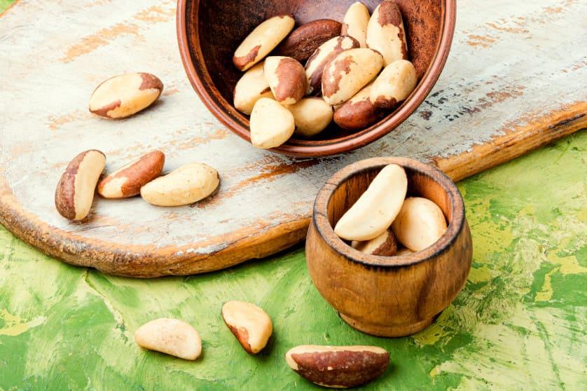 Brazilianische Nüsse in Holzbehältern
