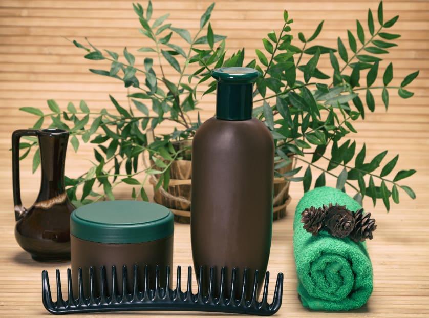 Diverse Haarpflegeprodukte vor einem Holzhintergrund