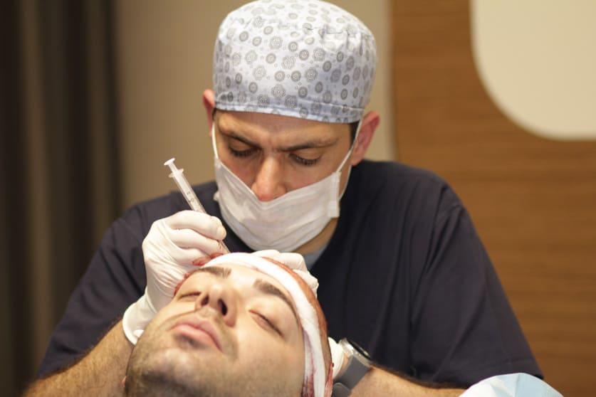 Dr Ibrahim führt eine Haarverpflanzung an einem männlichen Patienten durch