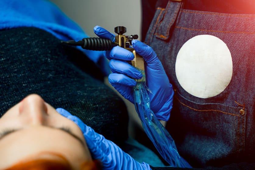 Patientin erhält eine Haarpigmentierung