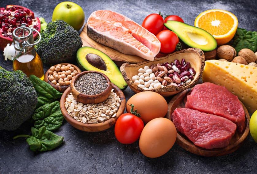 Verschiedenes gesundes Essen auf einer Steinplatte