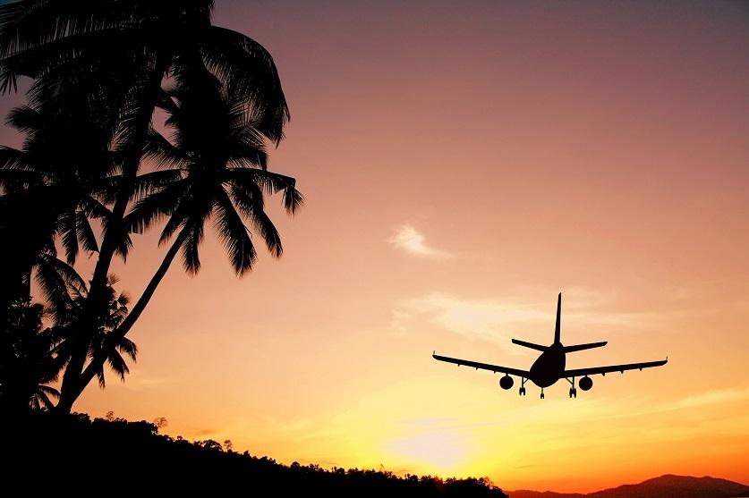 Flugzeug im Landeanflug vor einem Sonnenuntergang