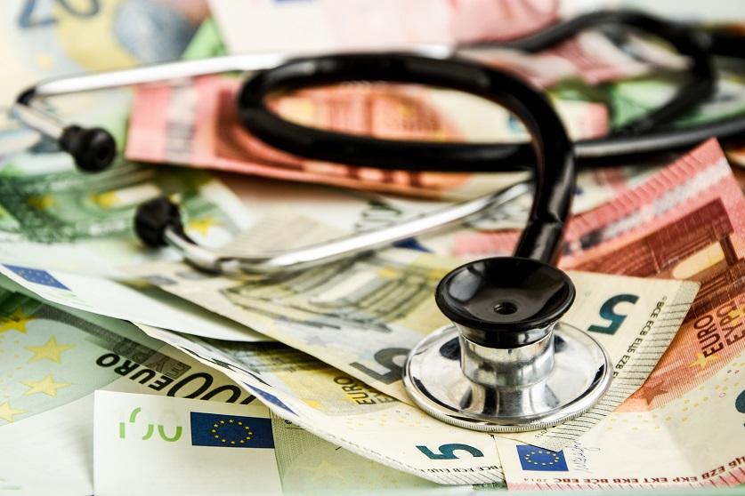 Stethoskop liegt auf einem Stapel Euroscheine
