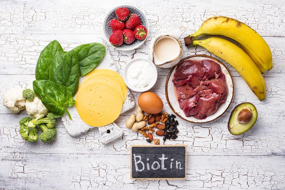 Biotinhaltige Nahrungsmittel auf weißem Untergrund