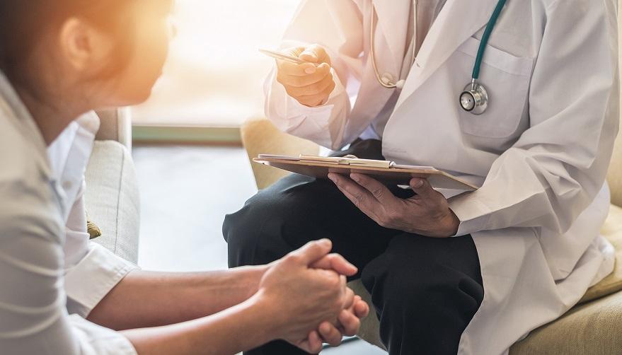 Frau während eines Beratungsgesprächs beim Arzt