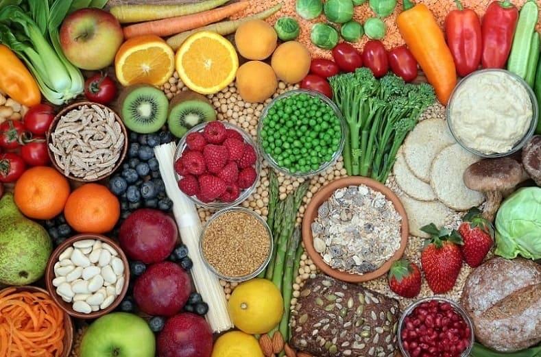 Verschiedenes gesundes Gemüse und Obst nebeneinander auf einem Tisch