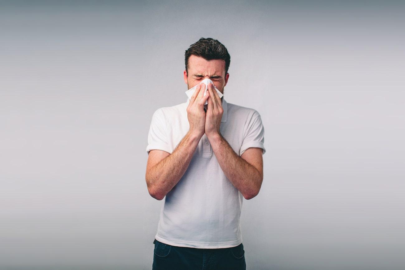 Mann schnaupt sich die Nase