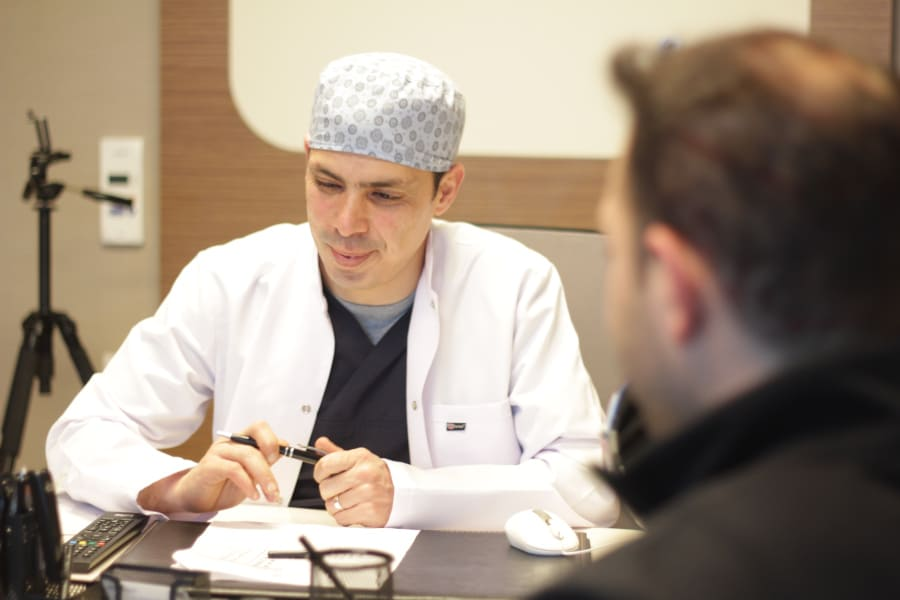 Dr. Ibrahim lächelt in einem Beratungsgespräch