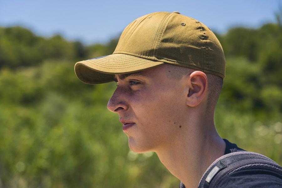 Seitenaufnahme eines Jungen mit gelber Mütze auf dem Kopf