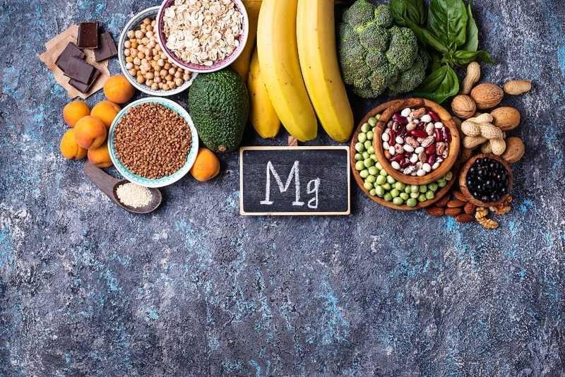 Verschiedene Lebensmittel sind über einem Schild auf dem steht Mg