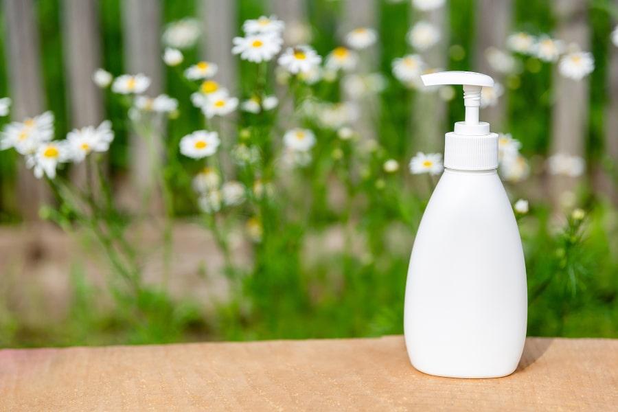 Shampoo auf einem Tisch steht vor vielen Sonnenblumen