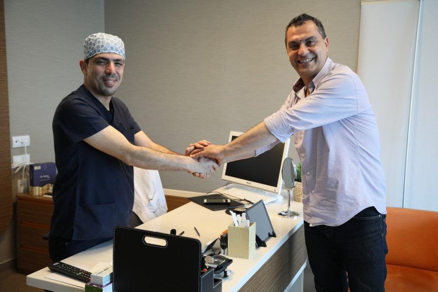 Dr. Ibrahim erklärt Patienten die Haartransplantation Voraussetzungen