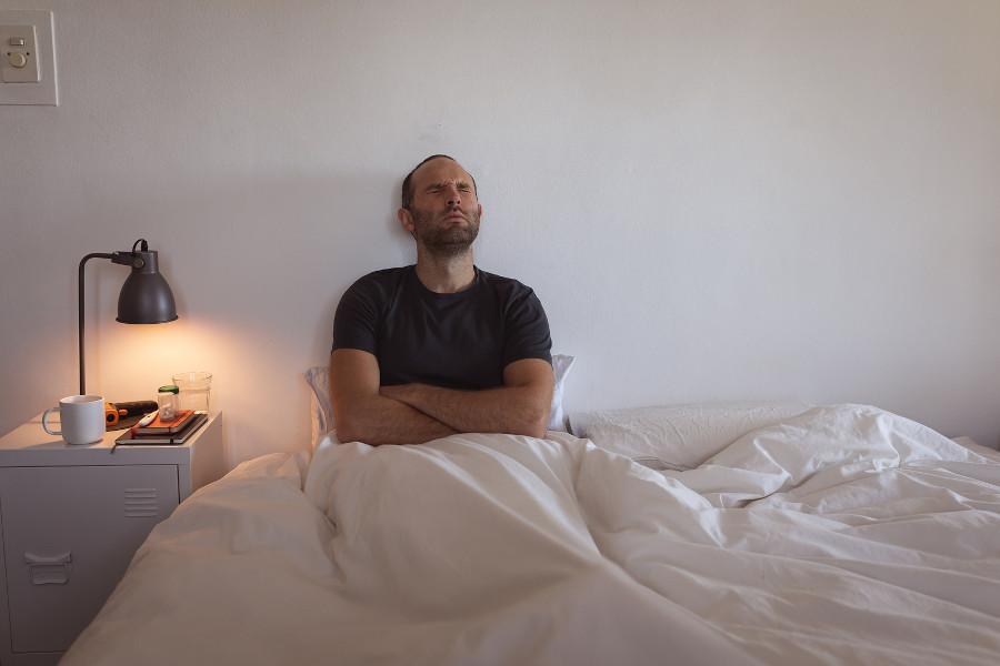 Mit liegt im Bett mit Schmerzen als Haartransplantation Nebenwirkung