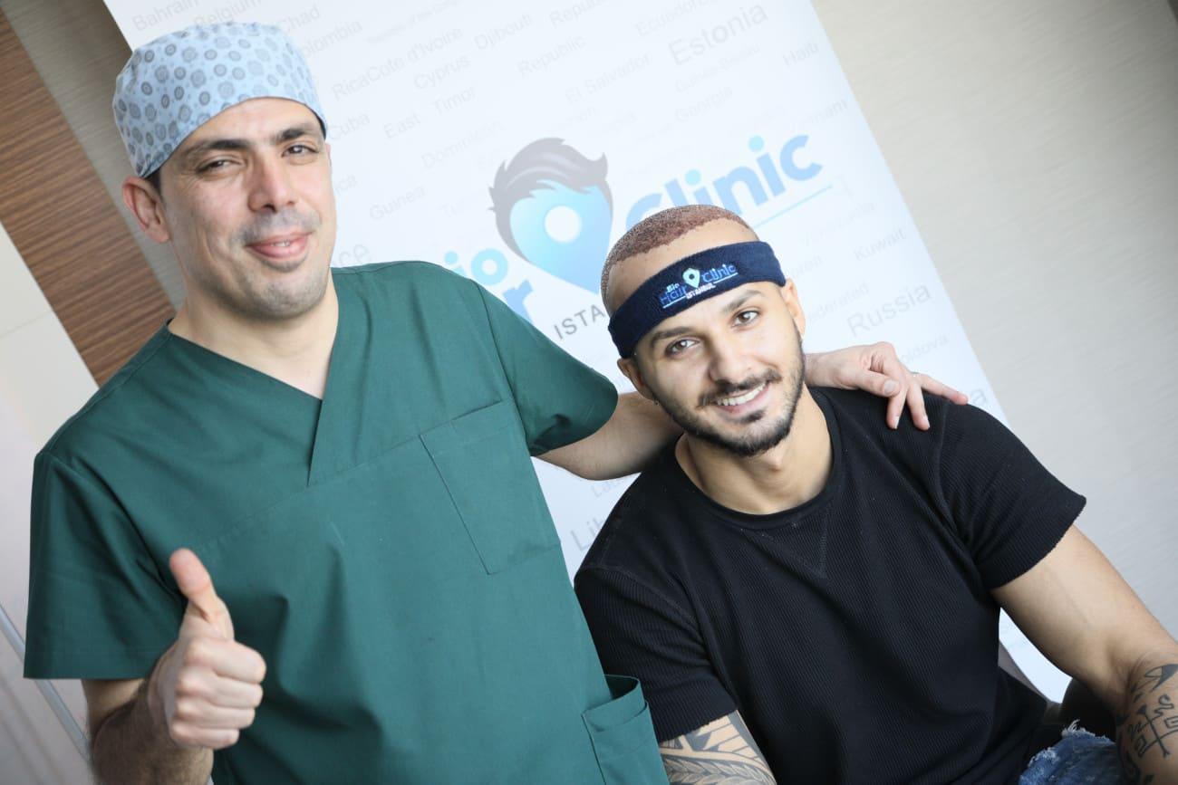 Dr. Ibrahim steht neben einem Patienten nach der Haartransplantation