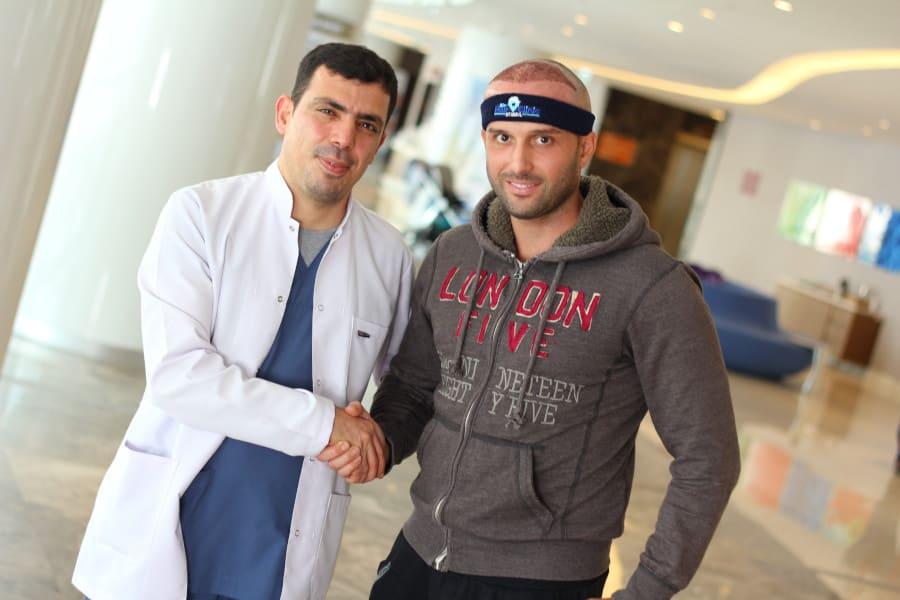 Dr. Ibrahim mit Patienten nach einer Haartransplantation