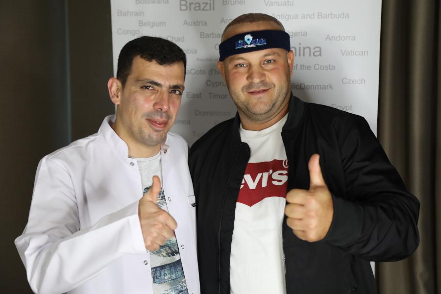 Dr. Ibrahim mit Patienten, der sich im Haartransplantation Türkei Forum informiert hat