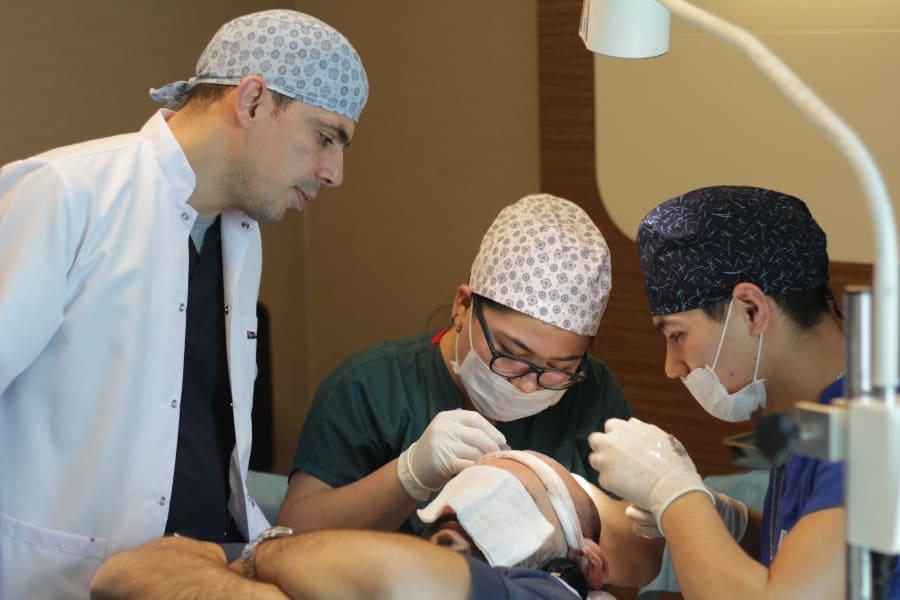 Dr. Ibrahim bei einer Haartransplantation bei Depression Patienten mit Haarausfall
