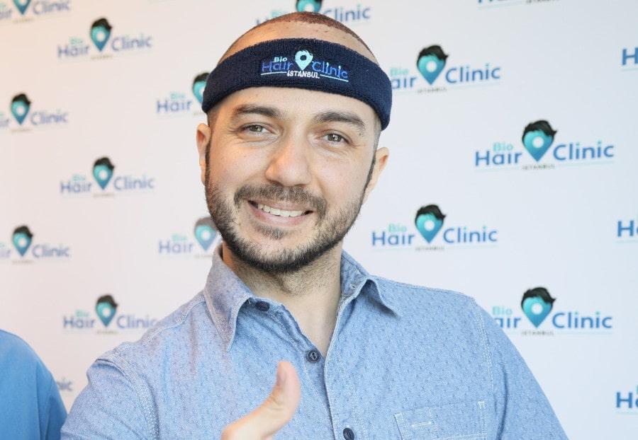 Patient der Bio Hair Clinic trägt Stirnband nach Haartransplantation - geschwollene Augen damit kein Problem.