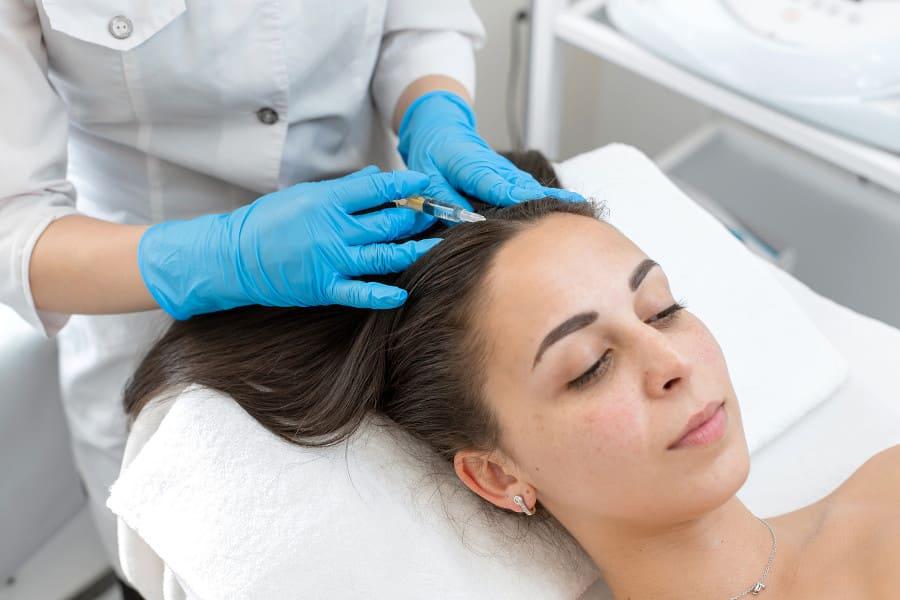 Frau bei PRP-Behandlung als Therapie gegen Haarausfall