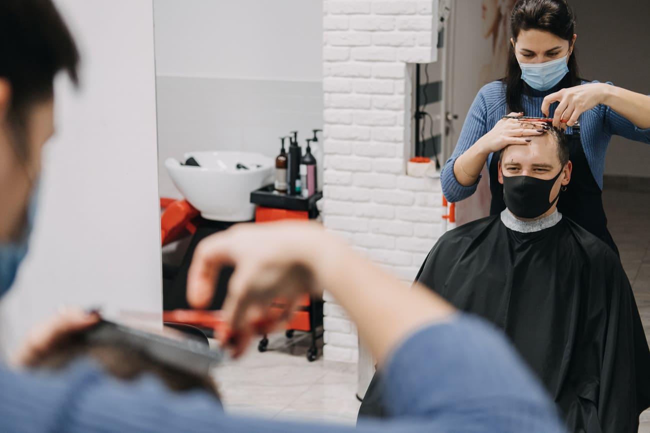 Mann lässt sich vor der Haartransplantation die Haare schneiden