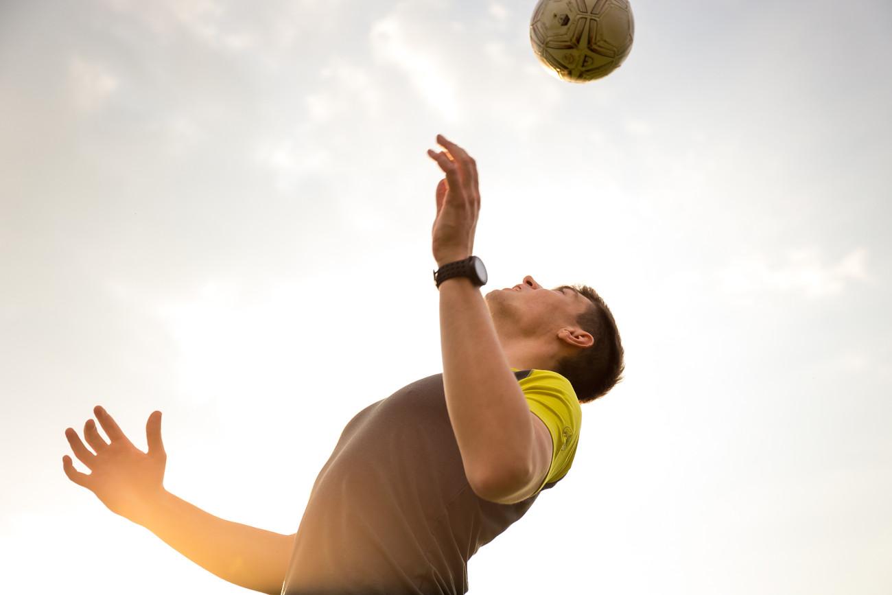 Mann spielt mit einem Fußball.