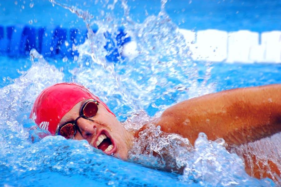 Mann schwimmt in Pool - Kein schwimmen und joggen nach der Haartransplantation