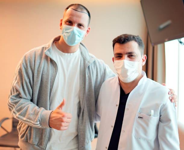 Patient mit Dr. Ibrahim vor der Behandlung