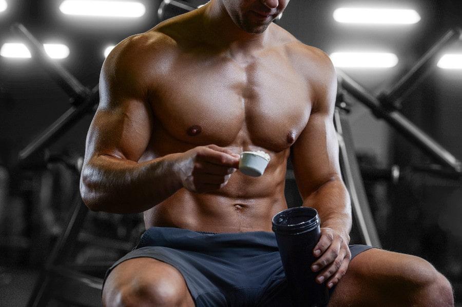 Bodybuilder nimmt Proteinpuler nach Haartransplantation
