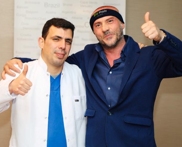Dr. Ibrahim und glücklicher Patient mit positiven Haartransplantation Erfahrungen mit Daumen nach oben