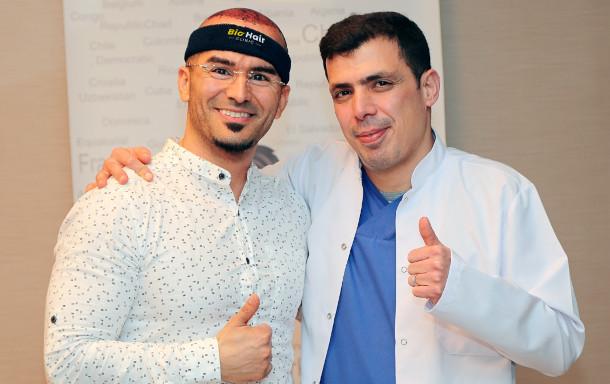 Dr. Ibrahim mit Patient nach der Haartransplantation Betäubung