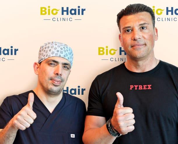 Dr. Ibrahim und Patient nach der DHI Haartransplantation