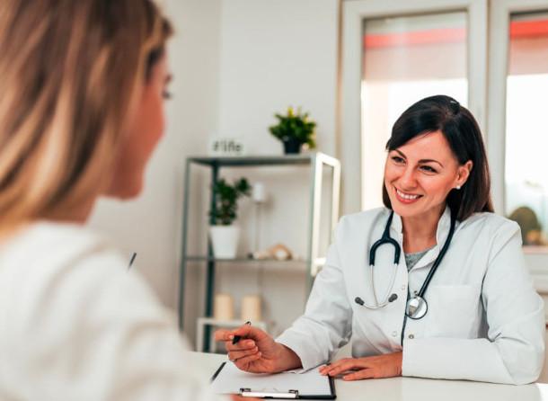 Frau bei einer Beratung mit einer Ärztin