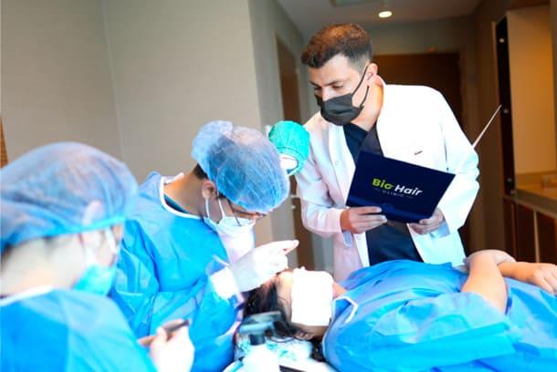 Dr.Ibrahim überwacht sein Team bei der DHI Haartransplantation