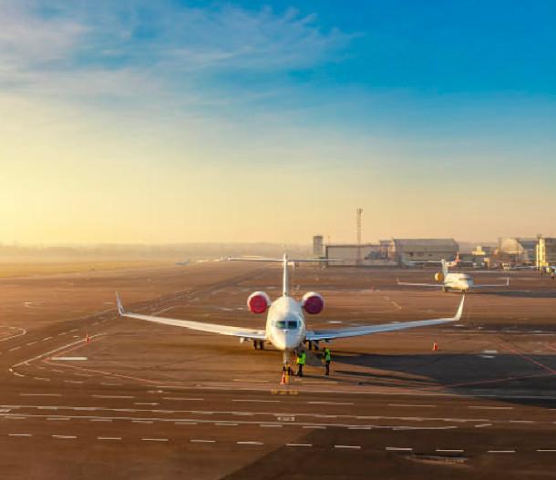 Flugzeug auf der Startbahn eines Flughafens