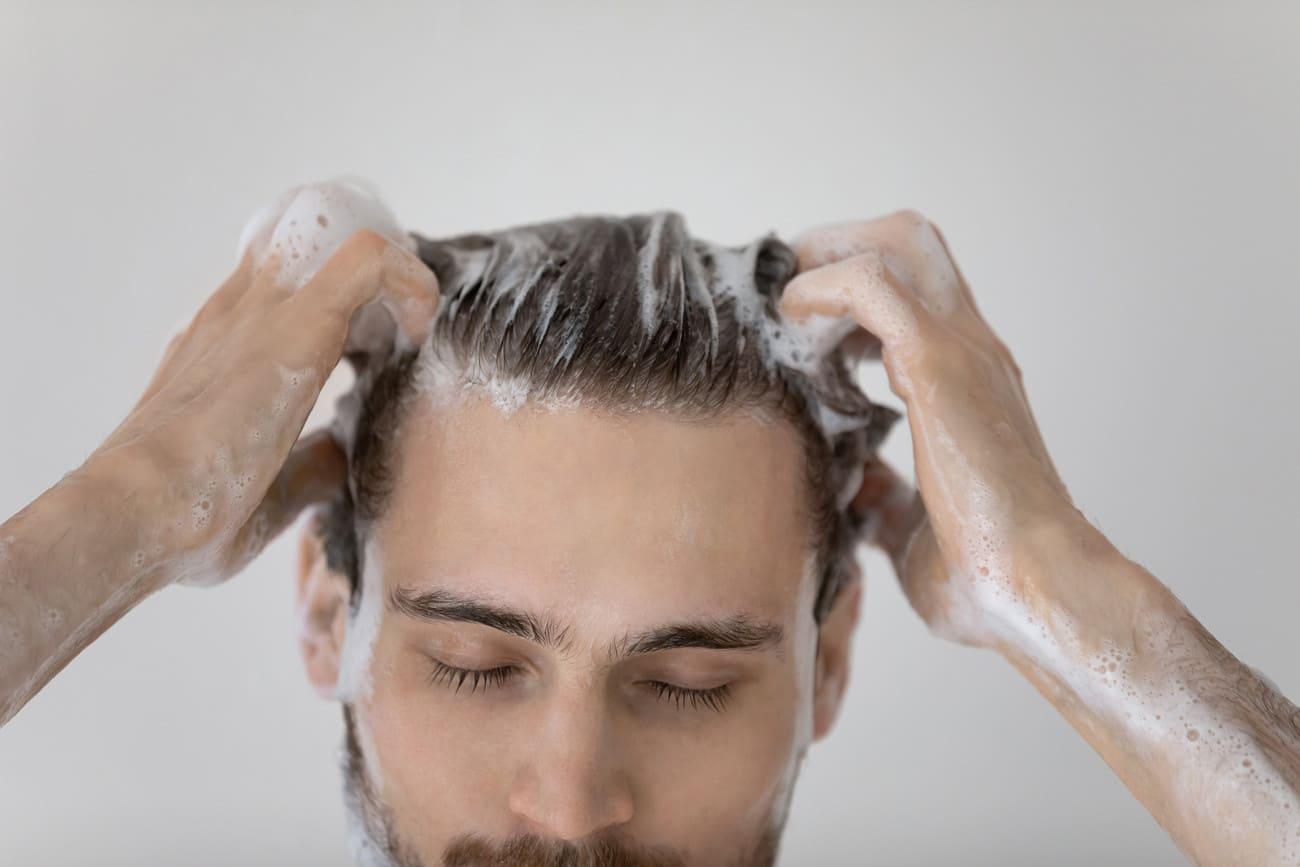 Ein Mann wäscht sich die Haare nach der Haartransplantation